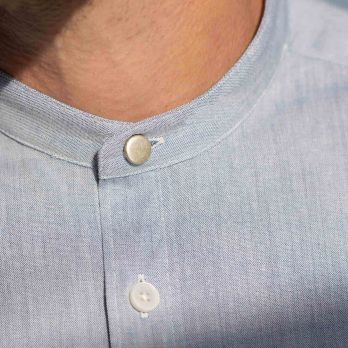 Raw chambray shirt with band collar metal button